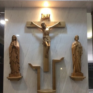 Mẫu bàn thờ Chúa treo tường phù hợp với tín ngưỡng công giáo